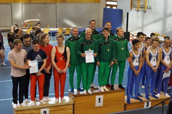 1 A. Heller Geballte Freude das Eberswalder Siegerteam mit dem Kleinen Pokal