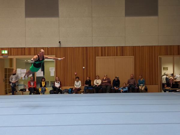 2 D. Rühl Sieger Ulf Reimann bei der Sprungrolle am Boden