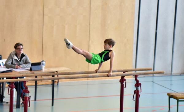 2 Daniel Wöhe Einzelsieger Emil Enskat am Barren