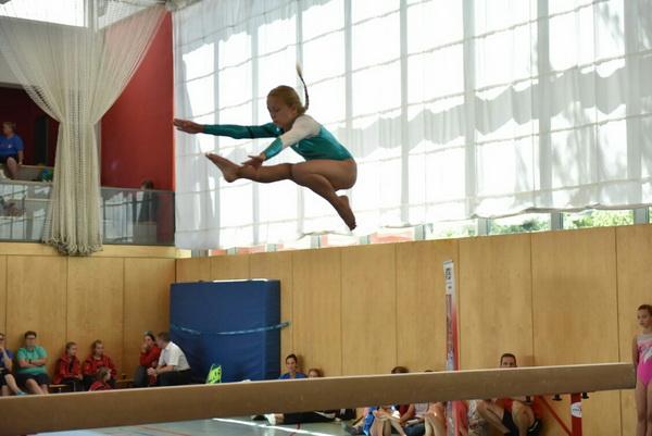 2 Hoch hinaus Landesmehrkampfmeisterin Chiara Grohe am Balken
