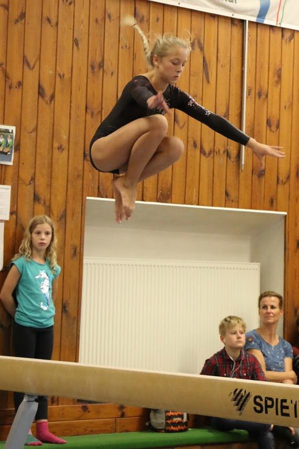 2 Sylvia Ehlers Chiara Grohe zeigt hohe Sprünge am Balken