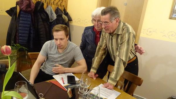 3 Rudi Trautmann Hauptkampfrichter Helge Bochmann und Dieter Becherer mit Frau in der Diskussion