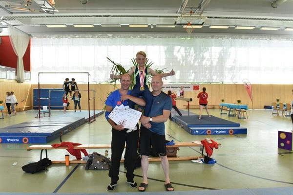 4 Strahlender Landesmeister Felix Wöhe am Pauschenpferd auf Händen getragen von seinen Übungsleitern Ulf Reimann l