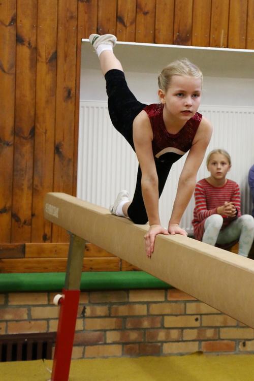 Mila Heenemann bei der Kniewaage am Schwebebalken